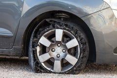 Para fora pneu fundido com borracha explodida, shredded e danificada imagens de stock