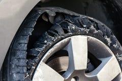 Para fora pneu fundido com borracha explodida, shredded e danificada foto de stock