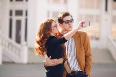 Para fotografuje z smartphone w mieście Fotografia Stock
