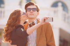 Para fotografuje z smartphone w mieście Obrazy Stock