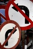 Para girar em nenhuma parte. Sinais velhos oxidados. Fotos de Stock Royalty Free