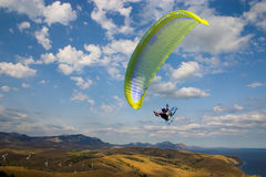 Para-glider against sky Royalty Free Stock Images