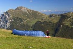 Para-glider com o pára-quedas nas montanhas Fotos de Stock