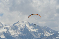 Para glider with Swiss Alps in background. A recreational para glider in the Swiss alps Royalty Free Stock Photos