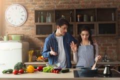Para gotuje zdrowego gościa restauracji wpólnie Fotografia Royalty Free