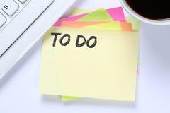 Para hacer el escritorio del negocio de la lista de control del papel de nota de la lista Fotografía de archivo libre de regalías