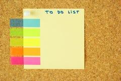 Para hacer la etiqueta engomada de la lista en el corcho Fotos de archivo