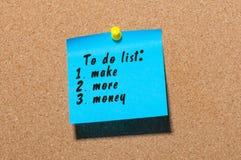 Para hacer la lista con palabras haga más dinero fijado en el tablón de anuncios del corcho Concepto del negocio, espacio libre p Foto de archivo
