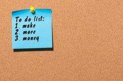 Para hacer la lista con palabras haga más dinero fijado en el tablón de anuncios del corcho Concepto del negocio, espacio libre p Imagen de archivo