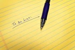 Para hacer la lista en el cojín de papel con la pluma Fotografía de archivo libre de regalías