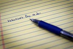 Para hacer la lista en el papel y Pen Valentines del cuaderno foto de archivo libre de regalías
