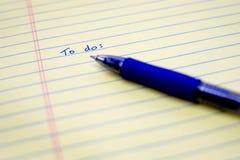 Para hacer la lista escrita en el papel con Pen Organizing azul y Plannin Fotografía de archivo libre de regalías