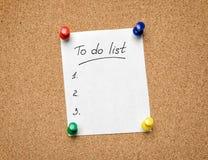 A para hacer la lista fijada a un tablón de anuncios del corcho como ayuda para efficien Imagen de archivo