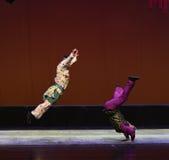 Para hacer una voltereta--€œLittle Worriors de la ópera de Pekín del  del family†de Yeuh's Fotos de archivo