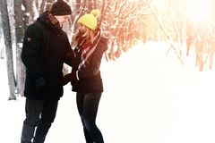 Para heteroseksualista na ulicznej zimie zdjęcia royalty free