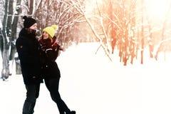 Para heteroseksualista na ulicznej zimie zdjęcie royalty free