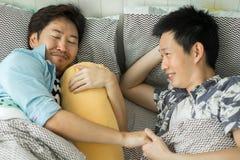 Para homoseksualność relaksuje na łóżku w sypialni zdjęcia royalty free