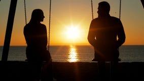 Para huśta się patrzejący each inny przy wschód słońca zdjęcie wideo