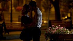 Para iść całować ukochany, romantyczna data w parku, wieczór czas, miłość obraz stock