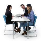 Para i biznesowa kobieta z laptopem siedzimy przy stołem obrazy royalty free