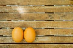 Para jajka na drewnianym stole Zdjęcia Stock