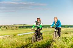Para jeździć na rowerze outdoors zdjęcie royalty free