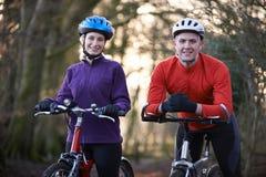 Para Jeździeccy rowery górscy Przez lasów Zdjęcie Stock