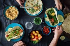Para je jarskiego pita rozmaitości chlebowego upad Zdrowy vegetaria zdjęcia stock