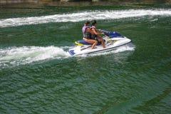 Para jedzie osobistego watercraft obraz stock