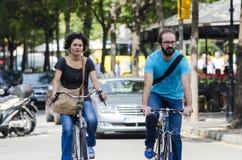 Para, jedzie rower Zdjęcia Royalty Free