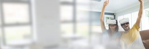 Para Jest ubranym VR słuchawki z okno przemianą zdjęcie royalty free
