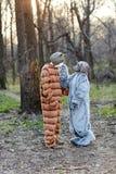 Para jest ubranym zwierzęcych przerażających kostiumy w lesie obrazy royalty free