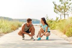 Para joggers wiąże sneakers shoelaces fotografia stock