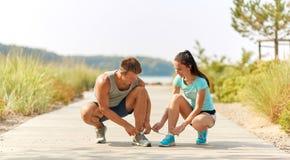 Para joggers wiąże sneakers shoelaces fotografia royalty free