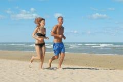 Para jogging na plaży Zdjęcie Royalty Free