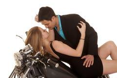 Para kłaść na motocykl twarzach zamkniętych obraz royalty free