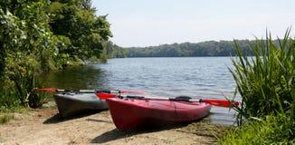 Para kajaki na jeziorze Zdjęcia Royalty Free