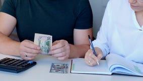 Para kalkuluje ich budżet, koszty zdjęcie wideo