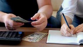 Para kalkuluje ich budżet, koszty zbiory wideo