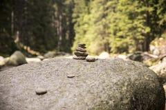 Para kamienia ostrosłup w Vydra rzece Zdjęcie Royalty Free