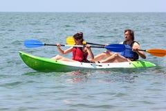 Para kayakers wiosłuje w wodzie morskiej Zdjęcie Royalty Free
