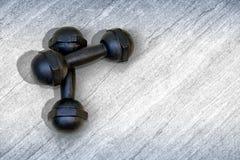 Para 1 5kg czerni żelaza Dumbbells na podłoga obraz stock
