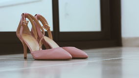 Para klasyczni beż kobiety ślubu buty na podłoga - odmieniania defocus skupiać się zbiory