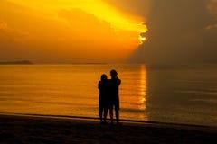 Para kochanek na plaży Obrazy Royalty Free