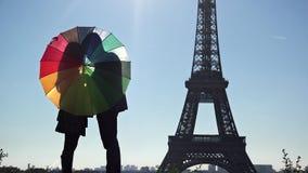 Para kochanek sylwetki z barwionym parasolem blisko do wieży eifla w Paryż zdjęcie wideo