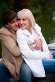 Para kochankowie na łodzi w parku zdjęcia stock
