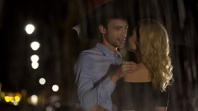 Para kochankowie patrzeje each inny, chuje od deszczu pod parasolem, data obraz royalty free