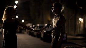 Para kochankowie tanczy w pustej nocy ulicie, datowanie i mi?o?ci, uwiedzenie zdjęcia stock