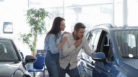 Para komes błękitny SUV przy przedstawicielstwem handlowym zbiory