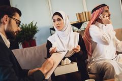 Para konsultuje przy rodzinnym psychologa przyjęciem fotografia royalty free